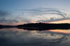 Заход солнца падения поворачивает озеро в зеркало стоковые изображения