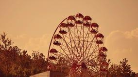 Заход солнца парка атракционов Колесо Ferris над голубым небом колесо вектора парка ночи ferris занятности Стоковое Изображение RF