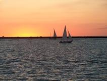 заход солнца парусников стоковое изображение rf