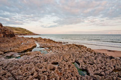 Заход солнца пляжа вулканической породы в Gower, вэльсе Стоковое фото RF
