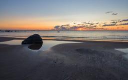 Заход солнца пляжа золотое небо с волнами Стоковые Фото