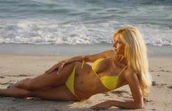 заход солнца пляжа красивейший белокурый кладя Стоковые Изображения