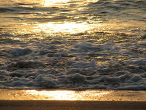 Заход солнца пляжа небо захода солнца с завальцовкой волны Стоковое фото RF
