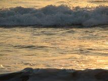 Заход солнца пляжа небо захода солнца с завальцовкой волны Стоковые Изображения RF