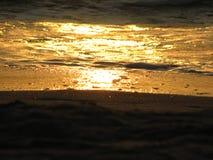 Заход солнца пляжа небо захода солнца с завальцовкой волны Стоковые Изображения