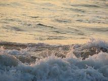 Заход солнца пляжа небо захода солнца с завальцовкой волны Стоковая Фотография