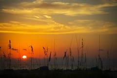 заход солнца пляжа пламенистый Стоковое Изображение