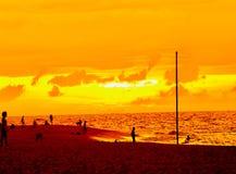 Заход солнца пляжа раковины Puka стоковые изображения