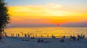 заход солнца пляжа тропический Kata, остров Пхукета, Таиланд Стоковые Изображения