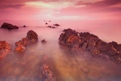 заход солнца пляжа утесистый Стоковые Изображения RF