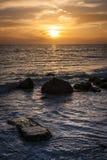 заход солнца пляжа утесистый Стоковая Фотография RF