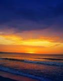заход солнца пляжа цветастый излишек Стоковая Фотография