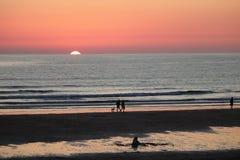 Заход солнца пляжа Newquay Корнуолла fistral, сногсшибательное зарево света стоковое изображение rf