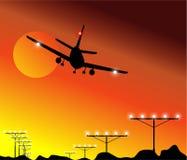 заход солнца посадки самолета Стоковая Фотография