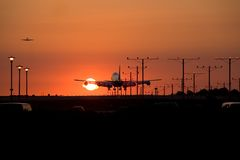 заход солнца посадки 4 двигателей стоковое фото rf