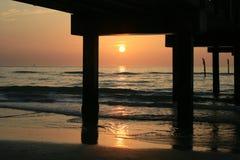 заход солнца пристани вниз стоковые фотографии rf