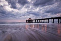 заход солнца пристани manhattan пляжа мечтательный Стоковая Фотография
