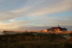 заход солнца пристани nc рыболовства пляжа Стоковое Изображение RF
