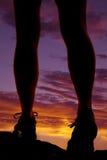 Заход солнца прогулки ног женщины Стоковая Фотография
