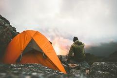Заход солнца путешественника человека один наслаждаясь в горах Стоковая Фотография RF
