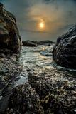 Заход солнца реки утеса стоковые фотографии rf