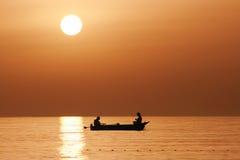 заход солнца рыболовов шлюпки Стоковое Фото