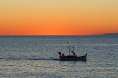 заход солнца рыболовства шлюпки Стоковые Фотографии RF