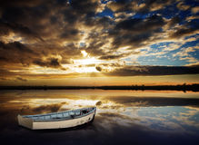 заход солнца рядка шлюпки стоковая фотография rf
