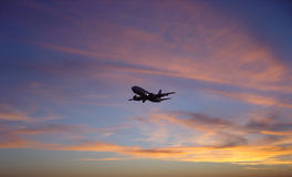 заход солнца самолета против Стоковое Изображение RF