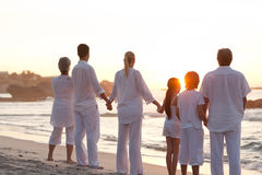 заход солнца семьи пляжа Стоковые Фото