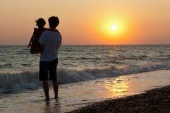 заход солнца семьи пляжа Стоковое Изображение RF