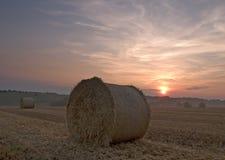 заход солнца сена bale стоковые изображения rf