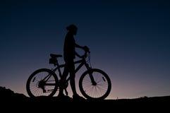 заход солнца силуэта велосипедиста Стоковые Фотографии RF