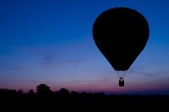 заход солнца силуэта воздушного шара предпосылки Стоковые Фото