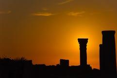 заход солнца силуэта колонки Стоковое Изображение RF