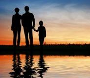 заход солнца силуэта семьи Стоковая Фотография RF