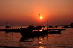 заход солнца силуэта шлюпок Стоковое Фото