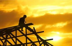заход солнца силуэта roofer Стоковые Изображения RF