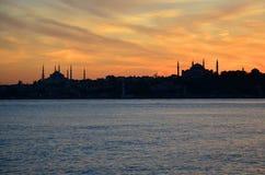 Заход солнца Силуэты мечети мечети Ahmed султана голубой и мечети Hagia Sophia Ayasofya Стоковое Изображение