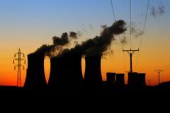 заход солнца силы ядерной установки стоковые фото