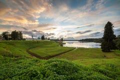 заход солнца скита s человека озера банка стоковые изображения rf