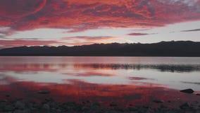 Заход солнца снятый на озере Pukaki, стране Кентербери высокой, южном острове, Новой Зеландии видеоматериал