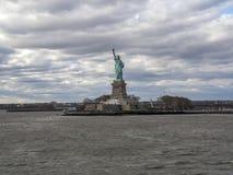 заход солнца статуи newyork вольности города Стоковое Изображение