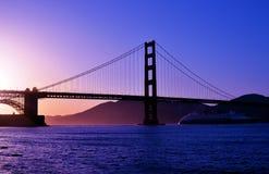 заход солнца строба моста золотистый Стоковая Фотография