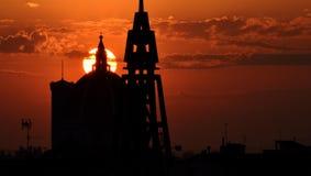 Заход солнца с башнями куполка и колокола Стоковая Фотография