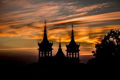 Заход солнца с башнями церков на заднем плане стоковое фото rf