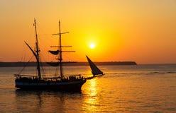 Заход солнца с кораблем плавания стоковое изображение rf