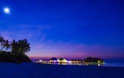 Заход солнца с красочным небом в Мальдивах со звездами стоковое фото rf