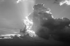 Заход солнца с облаками в вечере на выходных черная белизна Стоковое Фото