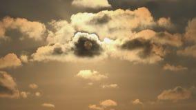 Заход солнца с облаками на небе, пасмурный устанавливая сумрак Timelapse драматический, промежуток времени видеоматериал